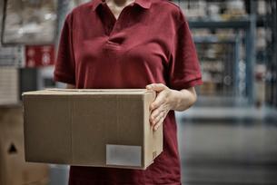 商品箱を持っている女性の写真素材 [FYI02655359]