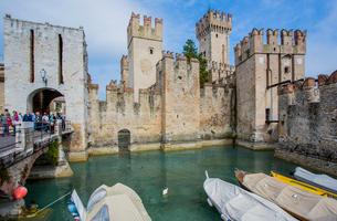 ガルダ湖のスカラ家の城塞と船だまりの写真素材 [FYI02655423]