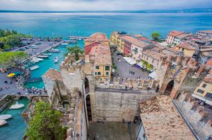 スカラ家の城塞から望む旧市街の街並みとガルダ湖の写真素材 [FYI02655441]