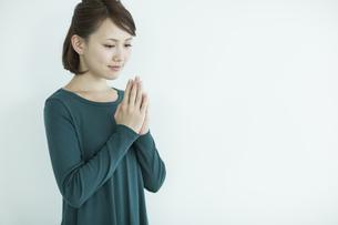 胸元で手を合わせる女性の写真素材 [FYI02655510]
