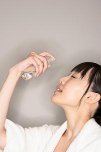 水スプレーを使用する女性の写真素材 [FYI02655517]