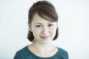 笑顔の若い女性の写真素材 [FYI02655521]
