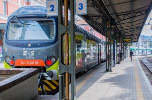 コモ湖駅のホームと電車の写真素材 [FYI02655601]