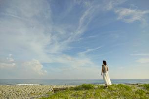 中田島砂丘から海を見る女性の写真素材 [FYI02655611]