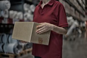 商品箱を持っている女性の写真素材 [FYI02655727]