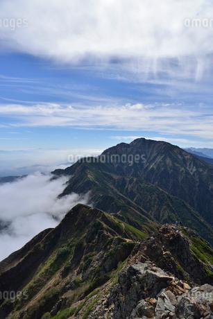 五竜岳に続く尾根と青空の写真素材 [FYI02655736]