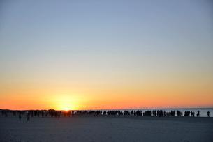 中田島砂丘の海岸で日の出を見る人の写真素材 [FYI02655742]