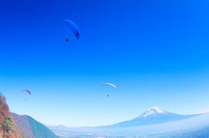 富士山とパラグライダーの写真素材 [FYI02655751]