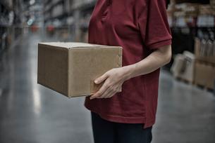 商品箱を持っている女性の写真素材 [FYI02655753]