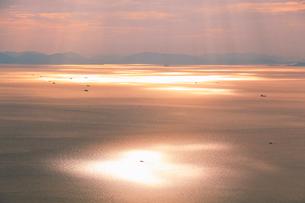 紫雲出山山頂展望台から望む夕方の輝く瀬戸内海と行き交う船の写真素材 [FYI02655791]