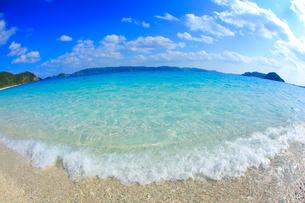 古座間味ビーチの渚と渡嘉敷島など慶良間諸島の写真素材 [FYI02655795]