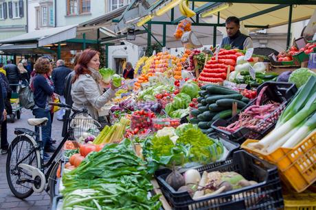 ボルツァーノ旧市街の路上マーケットの写真素材 [FYI02655817]