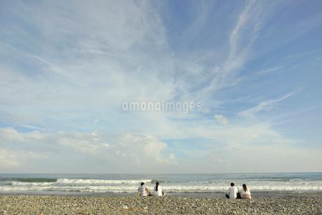 海岸のカップルの写真素材 [FYI02655909]