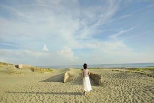 中田島砂丘を歩く女性の写真素材 [FYI02655979]