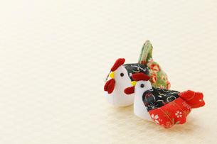 ちりめん細工のニワトリの夫婦の写真素材 [FYI02656137]