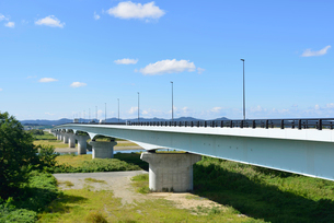 フェニックス大橋と信濃川の写真素材 [FYI02656138]