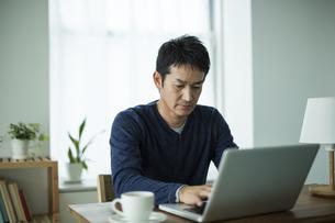 ノートパソコンをする男性の写真素材 [FYI02656139]