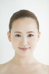 日本人女性のスキンケアイメージの写真素材 [FYI02656204]