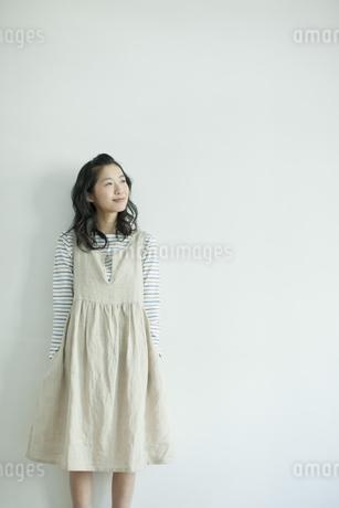 遠くを見る表情の若い女性の写真素材 [FYI02656355]