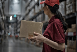 商品箱を持っている女性の写真素材 [FYI02656521]