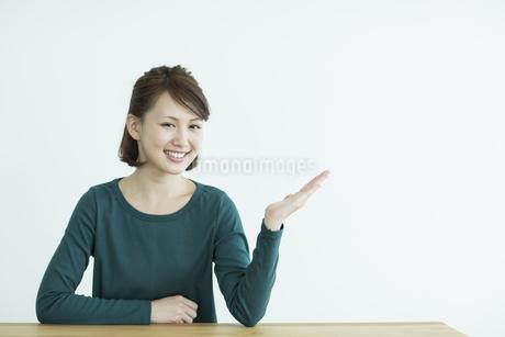 笑顔の若い女性の写真素材 [FYI02656526]