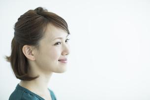 笑顔の若い女性の写真素材 [FYI02656561]