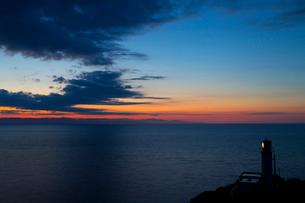 角田岬から望む佐渡に沈む夕日の写真素材 [FYI02656571]