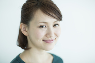 笑顔の若い女性の写真素材 [FYI02656573]