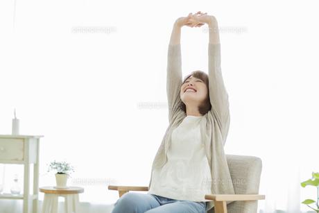 部屋でリラックスする若い女性の写真素材 [FYI02656580]