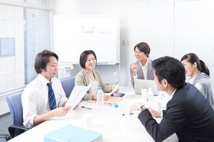 社内で会議をするビジネスマンとウーマンの写真素材 [FYI02656613]