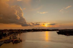 ドナウ川と夕日の写真素材 [FYI02656654]