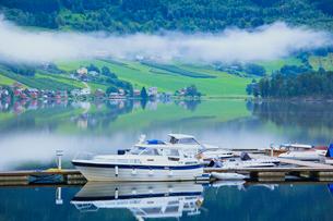 雲海とボートと家並の写真素材 [FYI02656660]