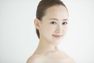 日本人女性のスキンケアイメージの写真素材 [FYI02656718]