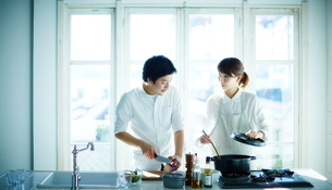 キッチンで料理をする2人の写真素材 [FYI02656767]