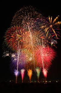 とりで利根川花火大会のワイドスターマインの写真素材 [FYI02656769]