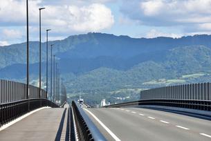 フェニックス大橋と山並みの写真素材 [FYI02656776]