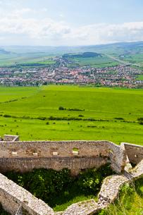 城壁とスピシュスケー・ポドフラディエの街並の写真素材 [FYI02656780]