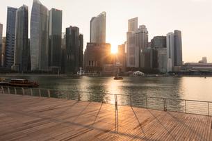 高層ビル群と夕日の写真素材 [FYI02656804]