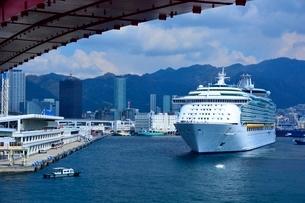 神戸港にMARINER OF THE SEASが入港の写真素材 [FYI02656834]
