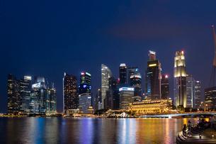 高層ビル街の夜景の写真素材 [FYI02656898]