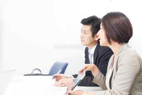 社内で会議をするビジネスマンとウーマンの写真素材 [FYI02656943]