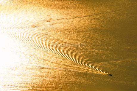 紫雲出山山頂展望台から望む夕方の輝く瀬戸内海と船の写真素材 [FYI02656994]