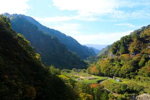 秋の加治川治水ダム周辺の写真素材 [FYI02657042]
