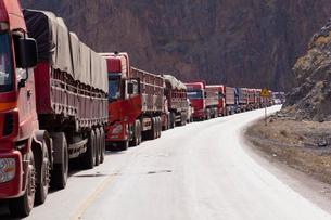 トラックの渋滞の写真素材 [FYI02657059]