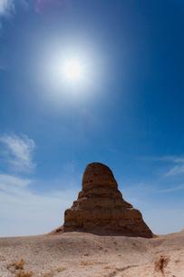 莫爾仏塔と太陽の写真素材 [FYI02657078]