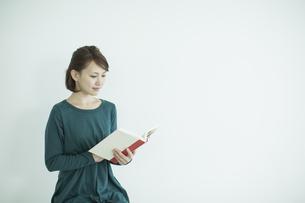 読書をする女性の写真素材 [FYI02657185]