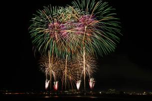 長野えびす講煙火大会の開会個人協賛特大スターマインの写真素材 [FYI02657241]