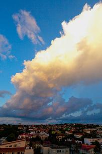 街並みと雲の写真素材 [FYI02657252]