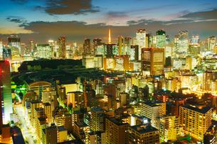 薄暮の明石町から望む西南西方向のビル群と東京タワーの写真素材 [FYI02657273]