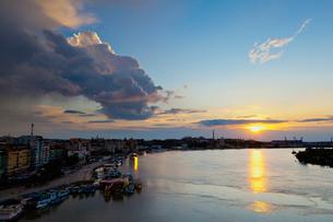 ドナウ川と夕日の写真素材 [FYI02657367]
